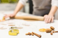 Молодая милая женщина подготавливает тесто и печет пряник и печенья в кухне E стоковое фото rf