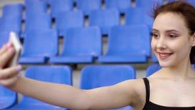 Молодая милая женщина принимает selfie на трибуне акции видеоматериалы