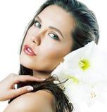 Молодая милая женщина с концом цветка Amarilis вверх изолированная на белизне стоковое изображение