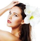 Молодая милая женщина с концом цветка Amarilis вверх изолированная на wh стоковые фото