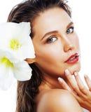 Молодая милая женщина с концом цветка Amarilis вверх изолированная на wh стоковая фотография