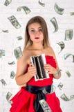 Молодая милая женщина с пустым бумажником Всход студии Стоковое фото RF