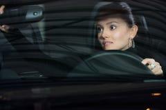 Молодая милая женщина управляя автомобилем стоковые фотографии rf