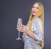 Молодая милая smilling женщина с стеклом шампанского Стоковое Фото
