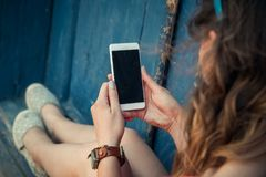 Молодая модная женщина используя умный телефон outdoors Стоковая Фотография RF