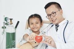 Молодая мужская девушка проверки педиатра доктора стоковое изображение