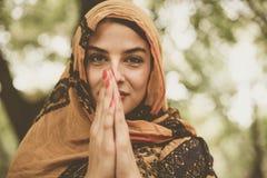 Молодая мусульманская женщина в hijab с положением стороны smiley Стоковая Фотография RF