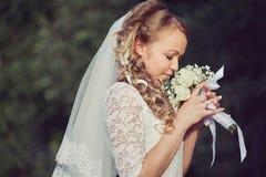 Молодая невеста на предпосылке природы Стоковые Фотографии RF