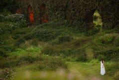 Молодая невеста около травянистого brickwall в зеленом ландшафте острова Мигеля Sao Стоковые Фотографии RF