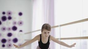 Молодая неимоверно красивая балерина представляя танцы в белой студии сток-видео