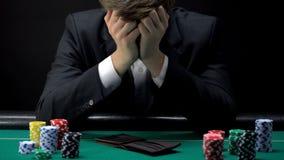 Молодая опустошенная игра в покер на казино, играя в азартные игры наркомания бизнесмена проигрышная стоковые фотографии rf