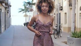 Молодая очаровательная женщина в платье лета сток-видео