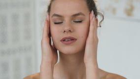 Молодая очаровательная женщина делая массаж в белом bathroom видеоматериал