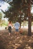 Молодая пара вышла городка для прогулки в древесинах Концепция активных остатков стоковые фото