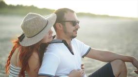 Молодая пара в любов отдыхающ и наслаждающся восходом солнца на взморье Они имеют много дату траты потехи совместно видеоматериал