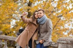 Молодая пара делая selfie в парке осенью Стоковое Изображение