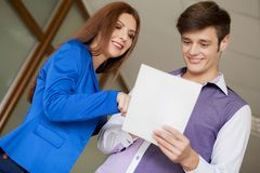 Молодая пара дела смотрит черный случай документа в современном панорамном офисе Концепция сыгранности Стоковая Фотография RF