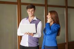 Молодая пара дела смотрит черный случай документа в современном панорамном офисе Концепция сыгранности Стоковое фото RF
