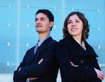 Молодая пара дела стоя в официально одеждах Стоковое Изображение