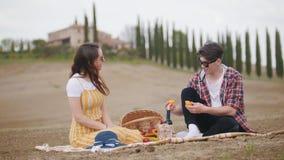 Молодая пара имея пикник - говорящ и ел плоды - Тоскана видеоматериал