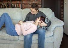 Молодая пара надеется младенца стоковое фото rf