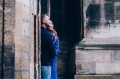 Молодая пара обнимает снаружи Стоковые Фотографии RF
