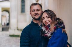 Молодая пара обнимает снаружи Стоковая Фотография RF