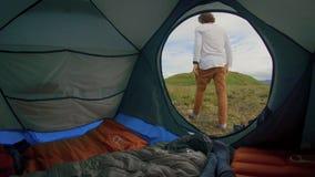 Молодая пара располагается лагерем вне в шатре видеоматериал