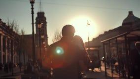 Молодая пара silhouettes танцы на дороге города большой, сторонах o узнаваемых любовников сток-видео