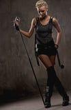 Молодая певица с микрофоном Стоковые Изображения RF