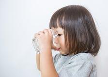 Молодая питьевая вода маленькой девочки Стоковое Изображение RF