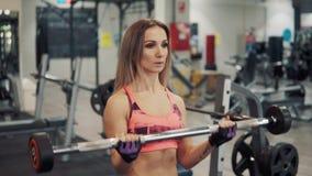 Молодая подходящая женщина делая тренировку разминки в спортзале сток-видео