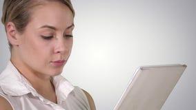 Молодая привлекательная бизнес-леди держа планшет, канал альфы сток-видео