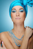 Молодая привлекательная девушка в голубом шарфе с кожей здоровья и ярким составом Стоковое Фото