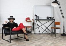 Молодая привлекательная девушка в шляпе в студии стоковое изображение rf