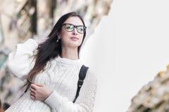Молодая привлекательная девушка в eyeglasses идя на улицу Стоковые Фотографии RF