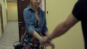 Молодая привлекательная девушка идет для того чтобы укомплектовать личным составом спор в двери в коридоре офиса сток-видео