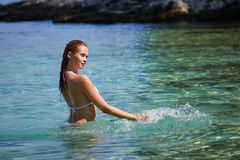 Молодая привлекательная девушка наслаждается горячим летним днем на пляже Стоковое Изображение RF
