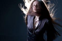 Молодая привлекательная женщина брюнета в темноте Красивое молодое изображение ведьмы на хеллоуин стоковые фотографии rf