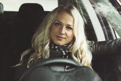 Молодая привлекательная женщина в автомобиле Стоковое Фото