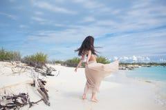 Молодая привлекательная женщина в бикини и длинной юбке Красивая девушка наслаждается солнцем лета стоковое изображение