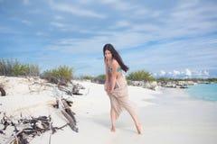 Молодая привлекательная женщина в бикини и длинной юбке Красивая девушка наслаждается солнцем лета стоковая фотография