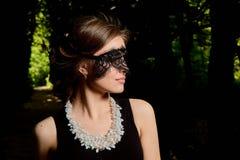 Молодая привлекательная женщина носит сексуальное прозрачное черное платье r стоковая фотография rf
