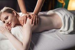 Молодая привлекательная женщина получая массажирующ обработку на больнице стоковое изображение rf