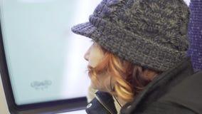 Молодая привлекательная женщина смотрит к окну в поезде сток-видео
