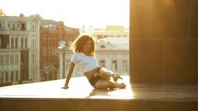 Молодая привлекательная женщина с вьющиеся волосы выполняя танцуя элементы на том основании показывая ее пластмассы - предпосылку сток-видео