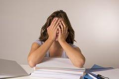 Молодая привлекательная и красивая утомленная склонность девушки студента на учебниках складывает спать утомлянный и вымотанный п стоковые изображения rf