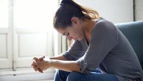 Молодая привлекательная латинская женщина лежа дома кресло живущей комнаты чувствуя унылую утомленную и потревоженную страдая деп видеоматериал