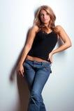 Молодая привлекательная модель стоя близкая стена Стоковое Фото