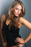 Молодая привлекательная модель стоя близкая стена Стоковое Изображение